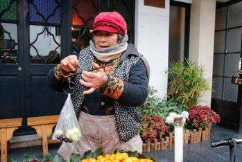 Lucas阿嬤分享她曾冬遊蘇州,遇到擺水果攤的大嬸,順勢聊起天氣,非常愜意自在。...