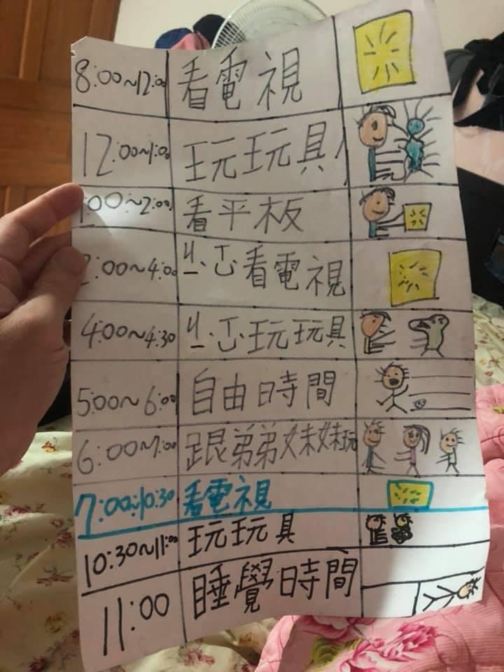 一位爸爸PO出升小三兒子手寫的暑假規劃表,只見規劃表上的行程幾乎全都在「看電視」、「玩玩具」,不禁讓網友們全笑歪。圖擷自爆廢公社