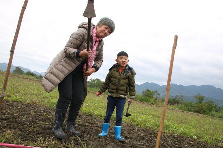 Lucas阿嬤是熟齡旅遊部落客(左),他常帶孫子Lucas(右)旅遊,圖為參加織...