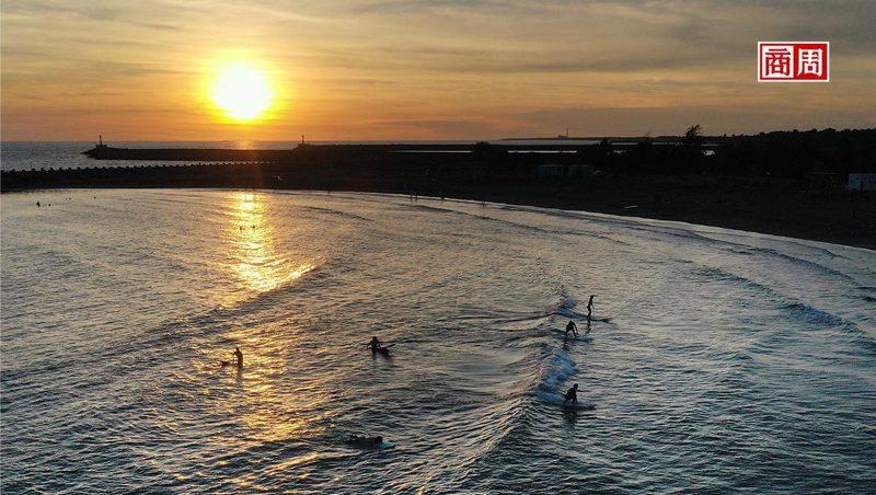 傍晚衝浪客聚集,是漁光島最熱鬧的時刻。夕陽落下後,島上回歸一片寂靜。(攝影者.楊文財)
