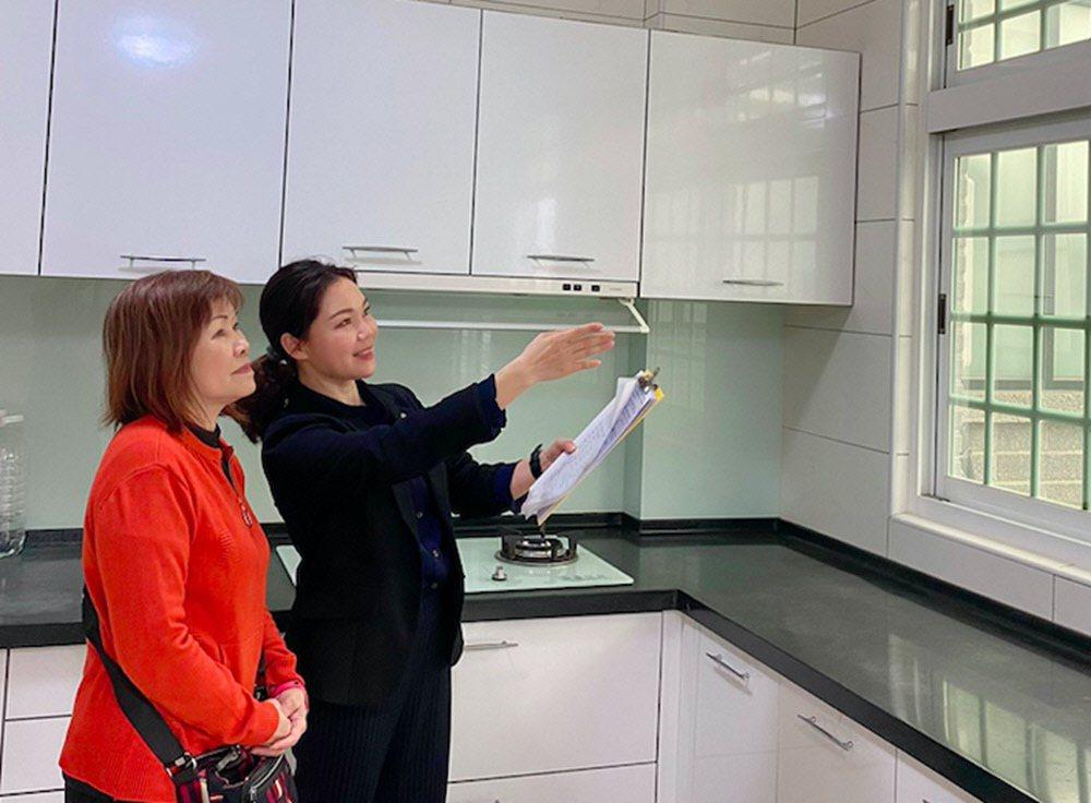 21世紀不動產企劃研究室表示,梅雨季節正好可以檢視房屋是否有漏水、排水問題。 圖...