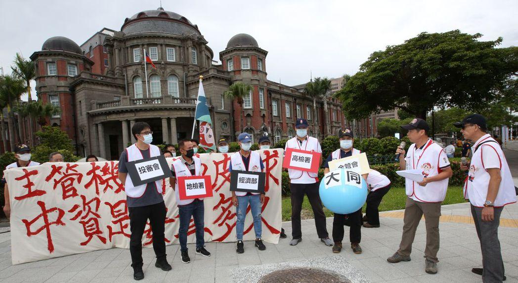 大同工會成員在監察院門口以行動劇譏諷主管機關的慢動作。毛洪霖/攝影