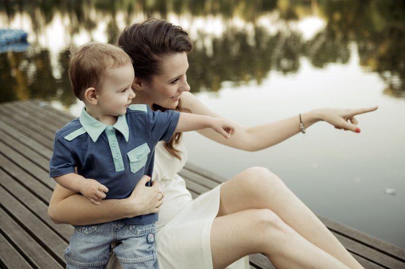 有些女性生完小孩後,就決定當起家庭主婦照顧小孩,但如今的薪資條件是否適合這麼做也引發討論。圖片來源/ingimage