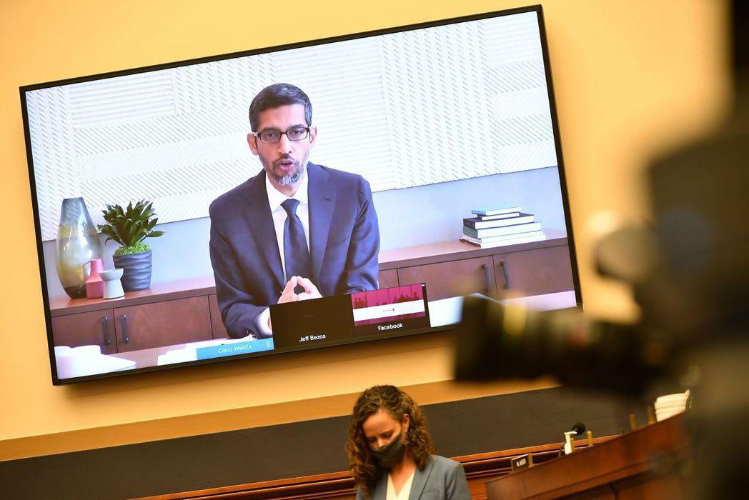 7月29日,蘋果、亞馬遜、Facebook及Google參與美國反壟斷委員會舉行的聽證會,圖為Google執行長桑德爾接受國會議員質詢。 圖/法新社