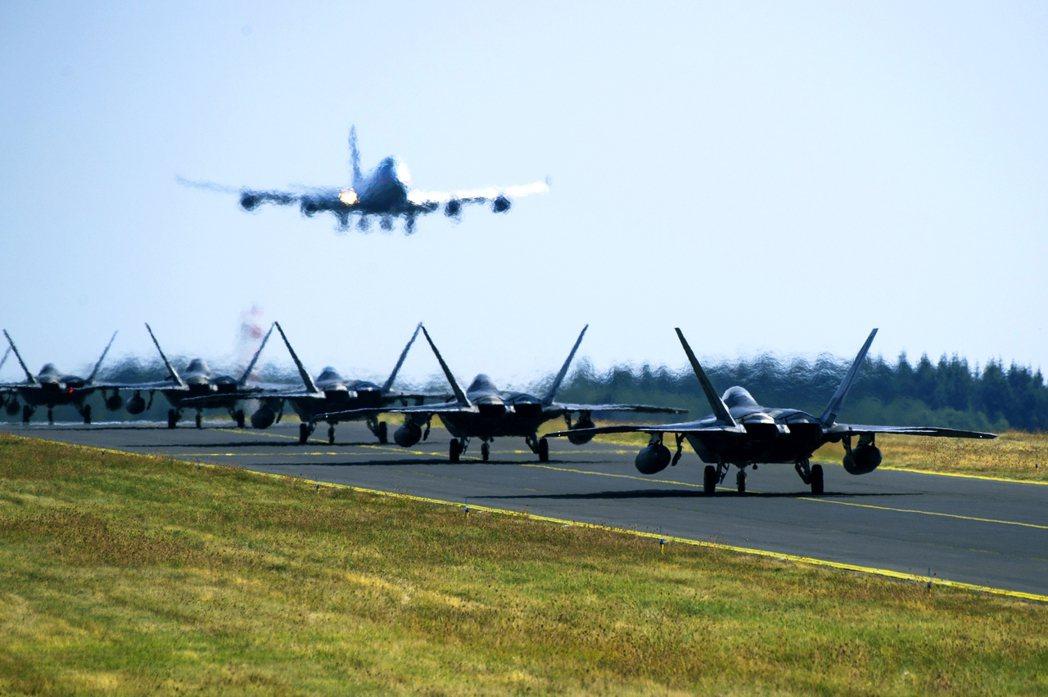 由於美軍基地的軍事機敏性與土地需求性,基地周邊通常無可避免地會被「基地經濟」所牽...