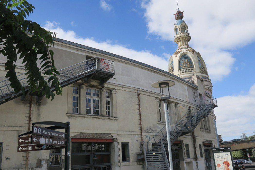 南特國立藝文中心「獨特之所」(Le_Lieu_Unique)為當地歷史建築再利用...