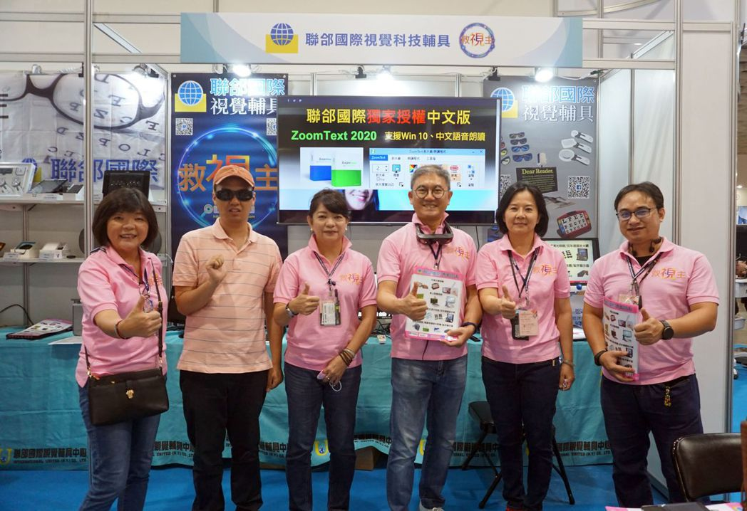 聯郃國際總經理徐裕龍(左四起)伉儷與行銷團隊合影。 金萊萊/攝影