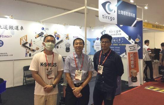 台灣塔奇恩科技公司經理陳忠信(中)與團隊合影。 台灣塔奇恩科技公司/提供