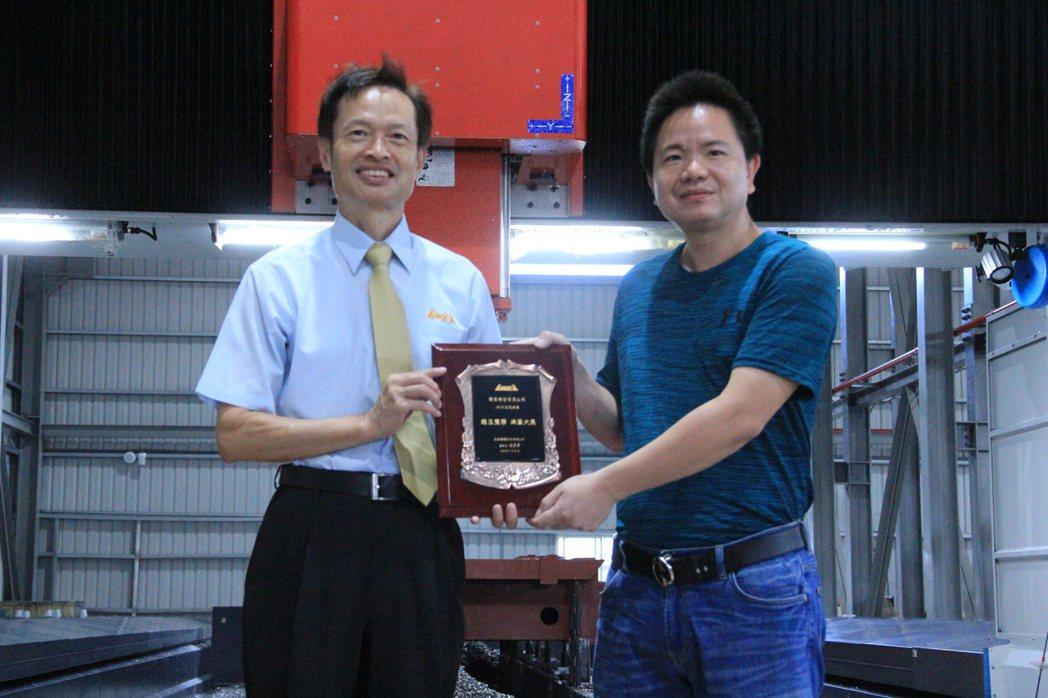 亞崴機電總經理康劍文頒贈獎牌給聯展精密總經理陳中和,感謝開先河首位採購亞崴機電大...