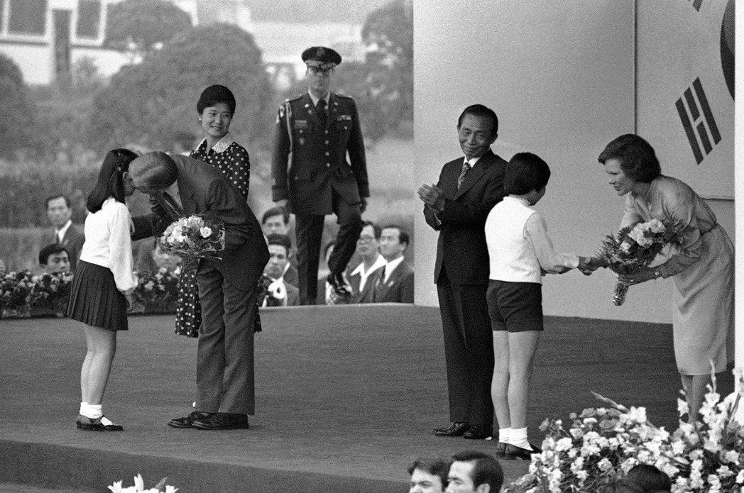 時任美國總統卡特於1979年拜訪南韓——圖中的朴正熙已為南韓大統領,在同年遭暗殺...