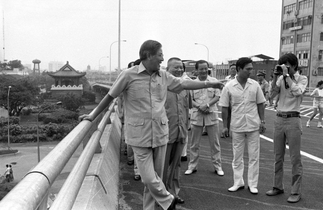 1979年,台北市長李登輝巡視愛國西路高架橋,並自此走入政治核心。 圖/聯合報系...