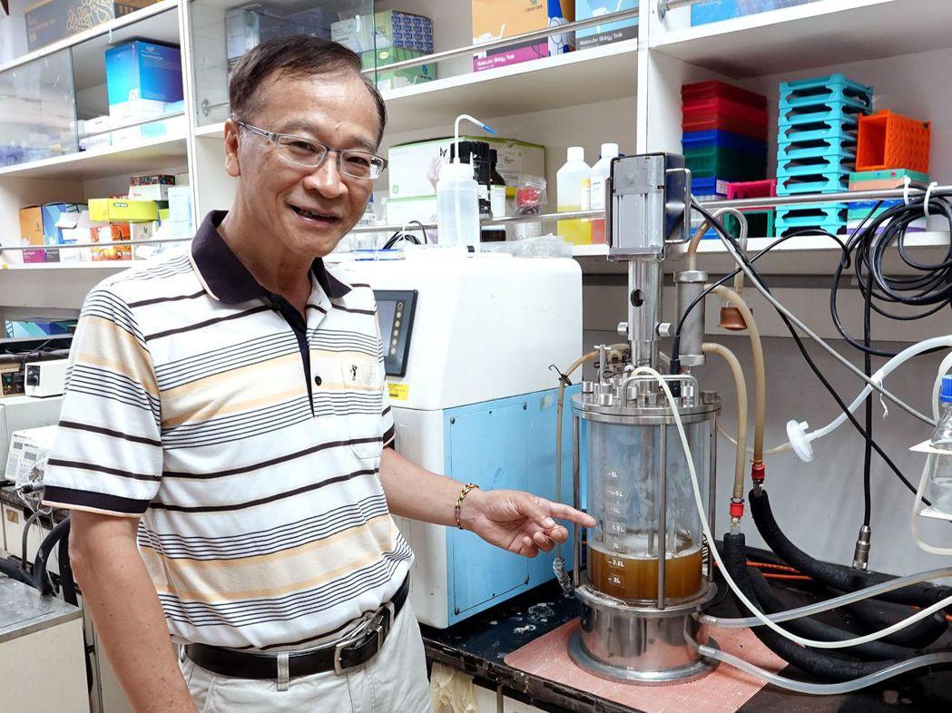 中正團隊加入獨創的專利酵素進行反應,將鳳梨皮的半纖維素轉化成木寡糖,產率高達22...