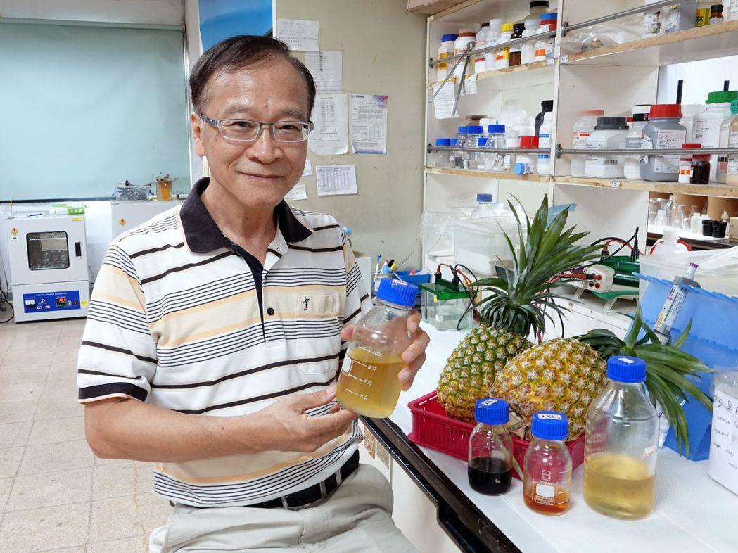 中正大學化學工程系教授李文乾利用生物技術發明的酵素來分解鳳梨皮渣並製造木寡糖,讓...