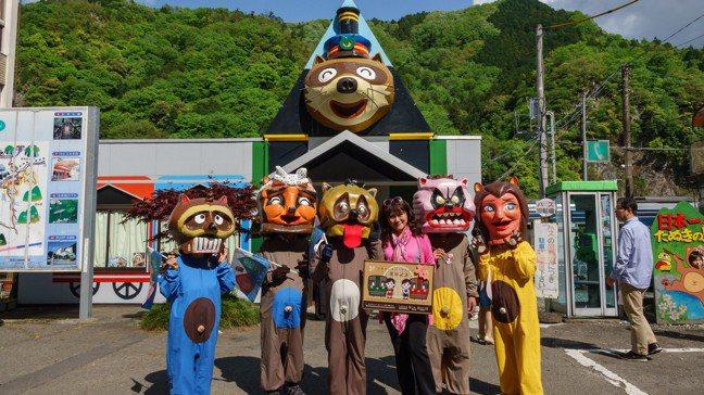 阿波川口是狸貓之鄉,當地人會穿著狸貓裝來迎接並販賣土產。 圖/梁旅珠提供