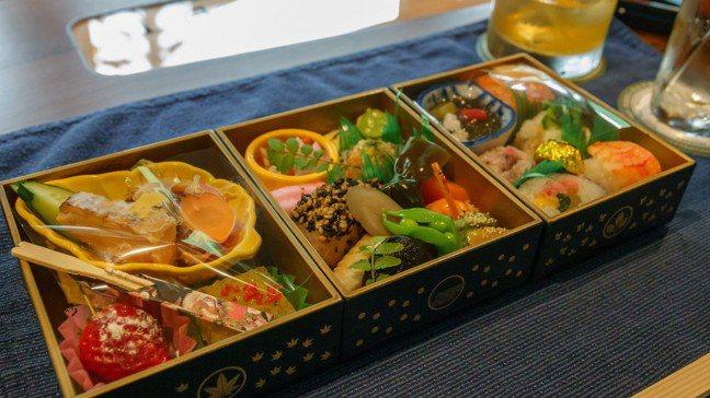 上行列車提供的「大人的遊山箱」便當,菜色由名日本料理餐廳「味匠 藤本」設計。 圖...