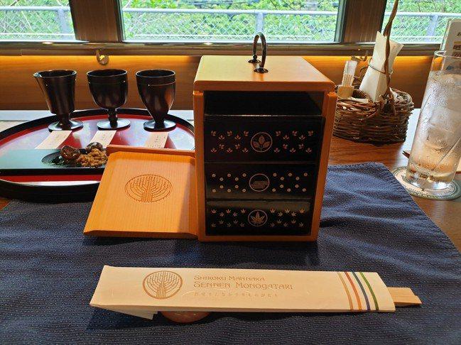 「大人的遊山箱」精美的德島檜木便當盒車上也有販賣,要價兩萬日幣。 圖/梁旅珠提供