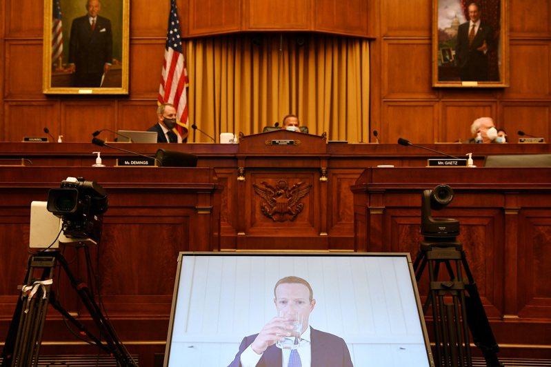 查克柏格透過視訊,一度在作證過程中脫稿演出。 路透