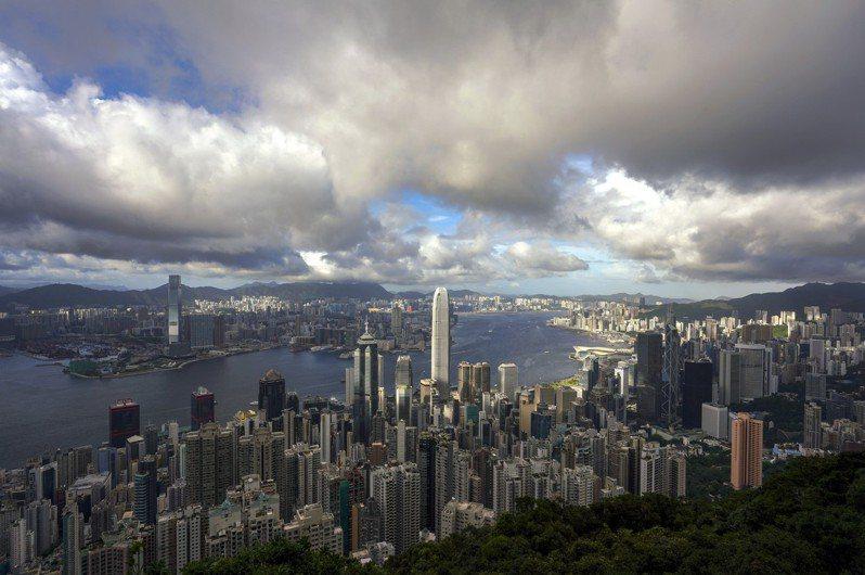 有網友問到,家人最近收到了offer,月薪資有16萬台幣,可是地點位於「香港」,最近去不知道安不安全,想問其他人如果碰到同樣情況,會選擇去嗎?引發網友熱議。 香港中國通訊社
