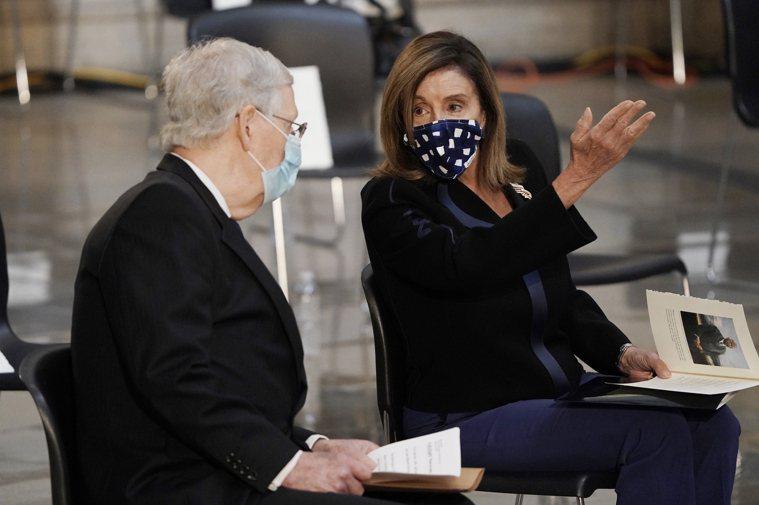 美國聯邦眾議院議長裴洛西(右)今天宣布,國會議員和職員在新型冠狀病毒疫情期間,進...