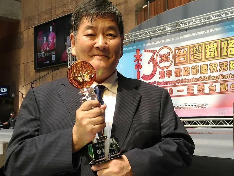 日本鐵道作家結解喜幸曾獲頒獎為台鐵之友。中央社