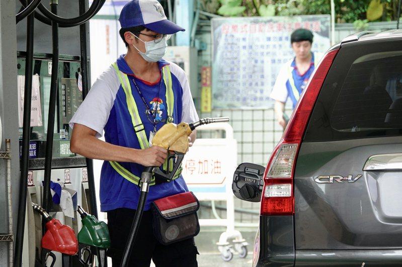 根據中油浮動油價公式,預估汽、柴油8月3日凌晨零時起將分別調漲新台幣0.4及0.6元。記者林伯東攝影/報系資料照