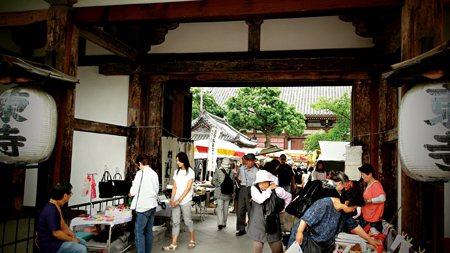 圖說:●每月21日的東寺市集,總是從入口處便開始人潮洶湧(照片/陳彥璋攝影,典藏藝術家庭出版提供)