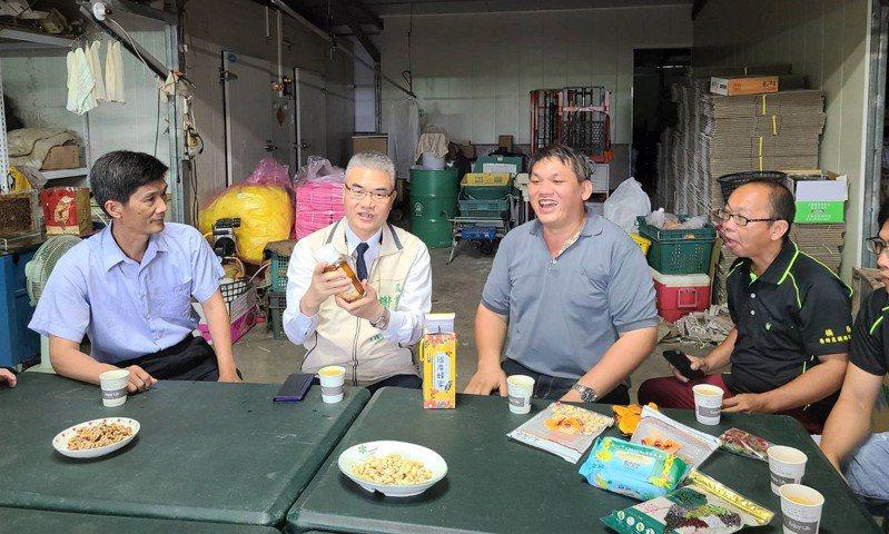 台南市農業局長謝耀清(左二)與楠西蜂蜜產銷班第三班班長蔡勝峰(右二)及班員們座談。圖/農業局提供