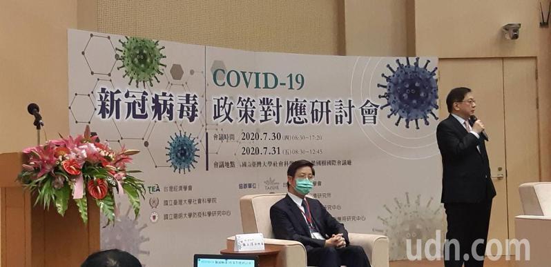 台大校長管中閔(右)說,當世界各國都在思考如何因應疫情帶來的巨變,台灣不能鬆懈。記者邱宜君/攝影