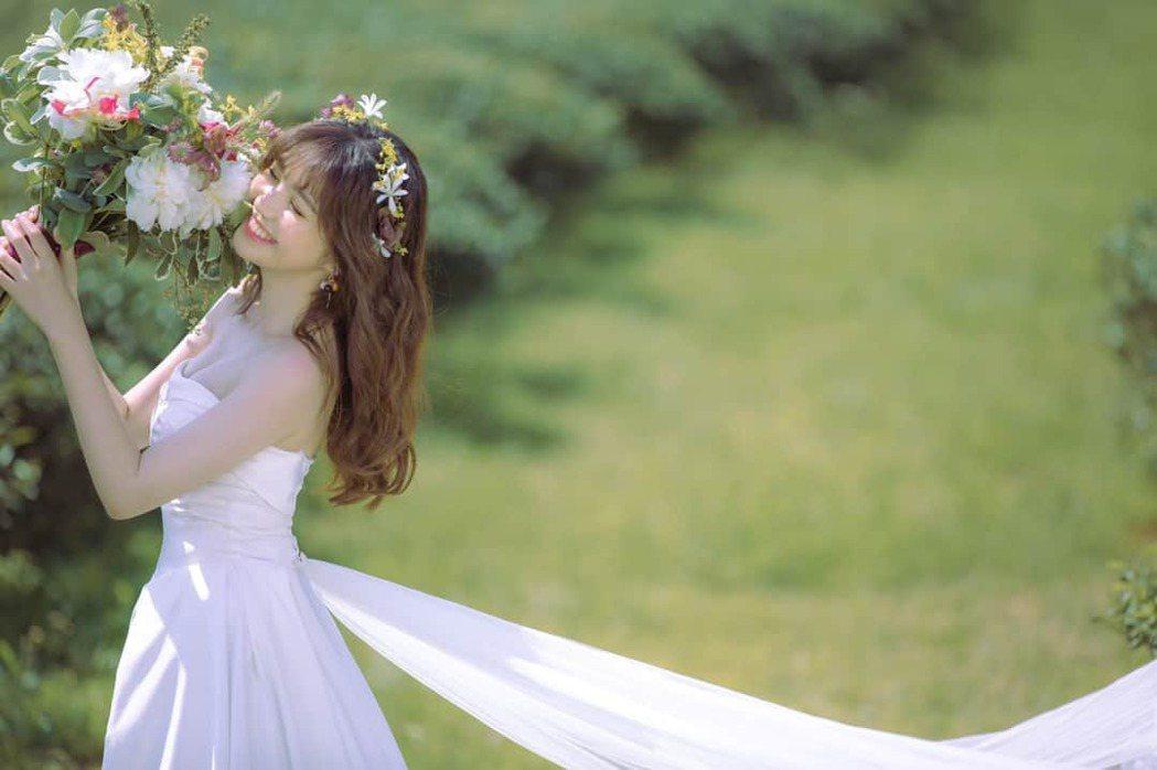 簡懿佳婚紗照唯美浪漫。圖/摘自臉書