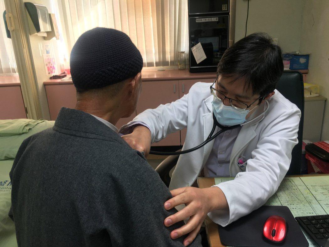 南投醫院醫師王耀麟提醒高溫悶熱,要多關心長輩補充水分,避免中暑、脫水等症狀。圖/...