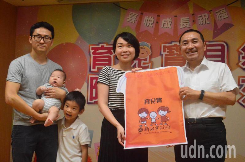 新北市長侯友宜(右一)宣布8月起致贈新生兒「育兒寶貝袋」。記者施鴻基/攝影
