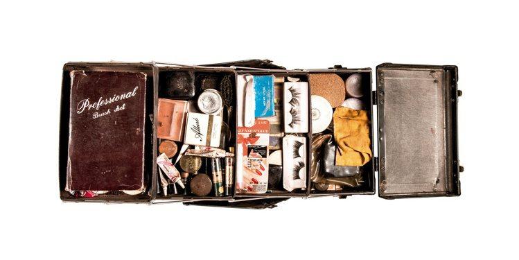 1988年Divine的巡演私人化妝箱,載滿其化妝品如唇膏、粉底、粉餅、粉刷、假...