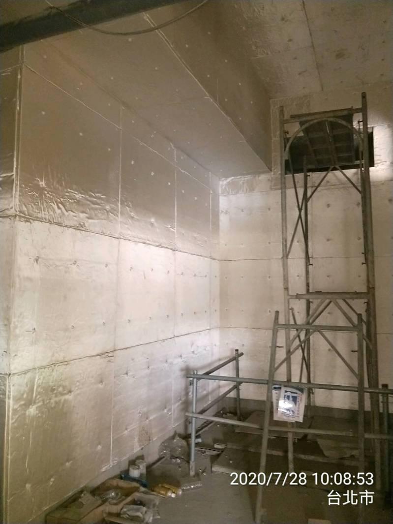 台北市建管處今天表示,之前查到大巨蛋在停工期間,擅自於機房施作隔音棉,要求遠雄限期拆除,但仍有13處機房的隔音棉未拆,再向遠雄開罰6萬5000元。圖/台北市建管處提供