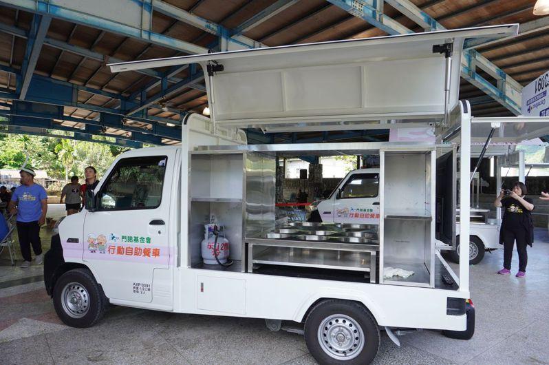第二代行動自助餐車備有螢幕可提供衛教,以及行動料理台。圖/門諾基金會提供