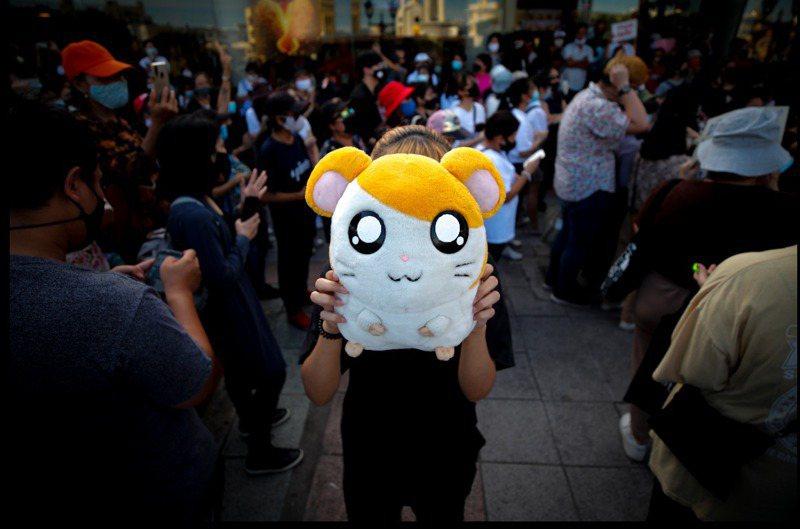 泰國學生街頭抗議活動持續出現新的泰式幽默,學生自比為逃不出牢籠的「哈姆太郎」小鼠。歐新社
