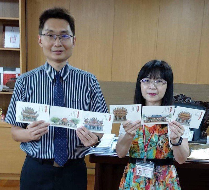 台南市六甲區長陳啟榮(左)出示6款古廟手繪明信片。圖/六甲區公所提供