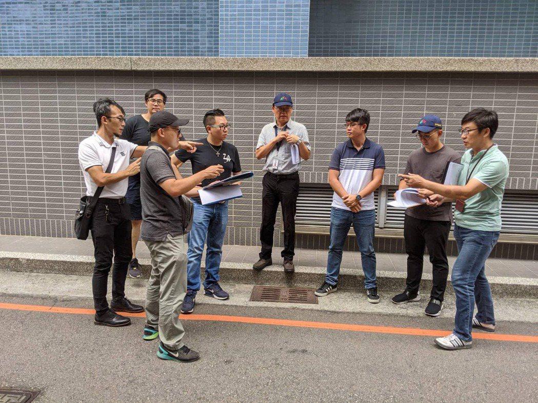 台中市議員張彥彤(左四)今天中午在臉書貼文,「經過約一個月治療、診斷出我們全家鉛...