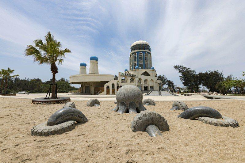 新竹漁人碼頭過去面臨產業轉型,市府將附近閒置的旅遊服務中心打造成親子沙灘。圖/新竹市政府提供
