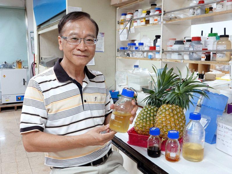 嘉義縣中正大學化學工程系教授李文乾團隊日前運用酵素分解大量鳳梨皮廢棄物,並轉化為木寡糖。圖/中正大學提供