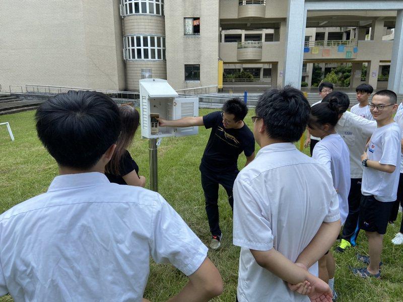 美國在台協會(ATT)在台灣推出GLOBE「全球學習與觀測裨益環境計畫」,今年與新店高中合作安裝測量裝備,將進行環境大氣與蚊蟲進行研究。圖/新店高中提供