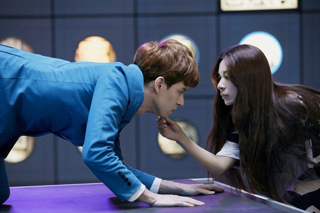 田馥甄(右)在MV中與外籍男模對戲成「抖抖人」。圖/何樂音樂提供