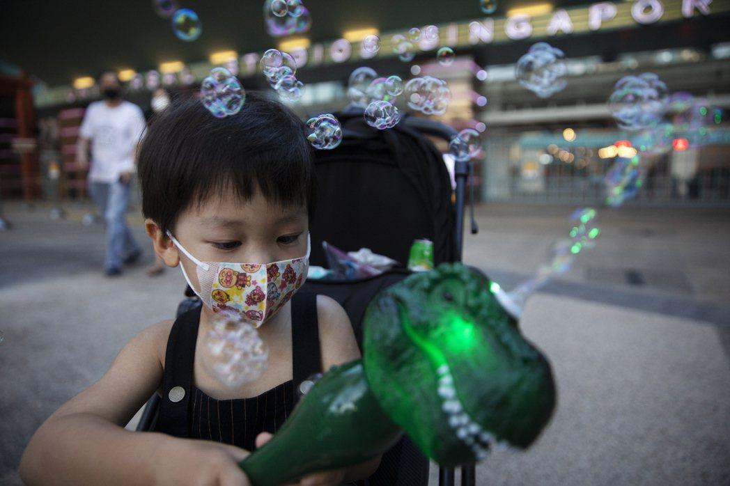 新加坡從下周起,強制部分入境者在進行居家檢疫14天隔離期間內,須配戴電子追蹤器,...