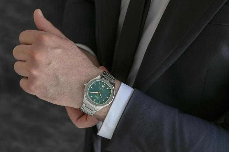 枕型精鋼表殼、孔雀綠色表面的伯爵Polo腕表,散發智慧氣息。圖 / PIAGET...