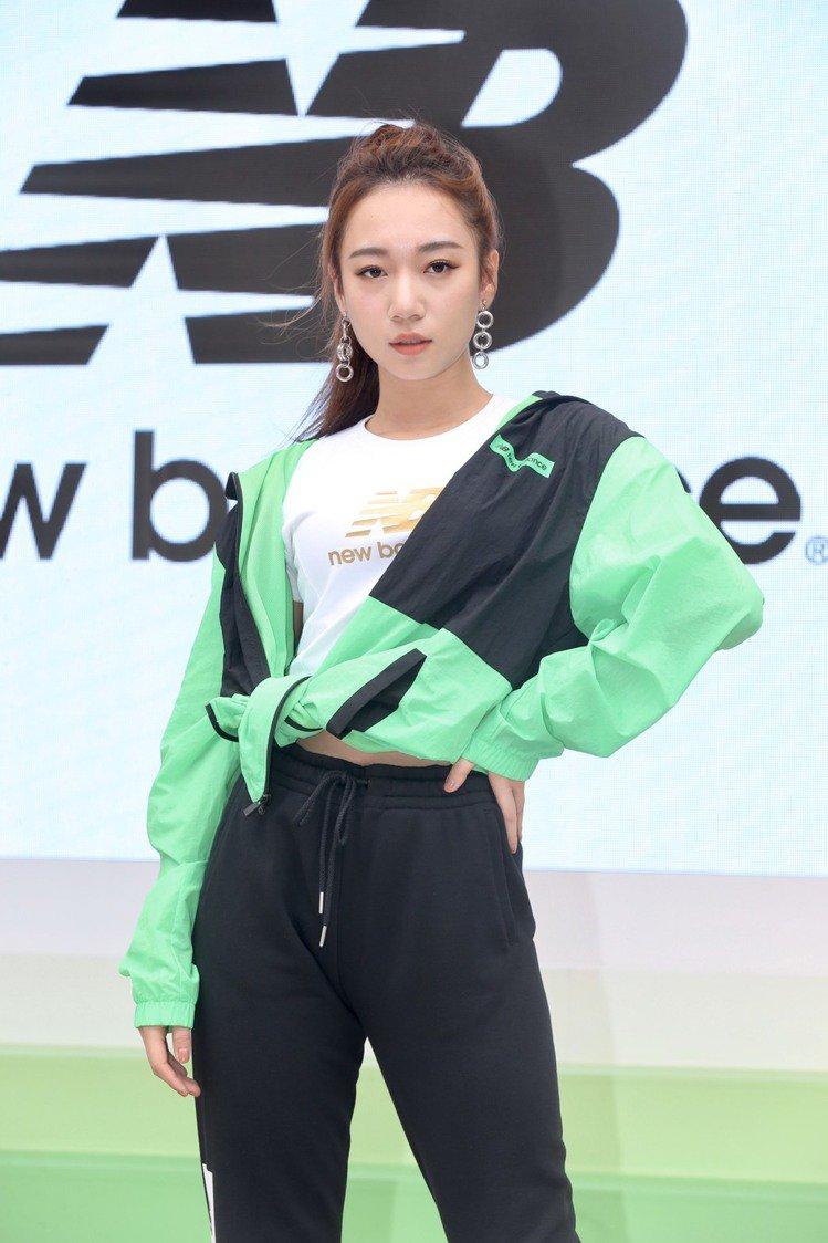 Julia吳卓源現身New Balance「327型走街頭快閃店」活動,並演繹最...