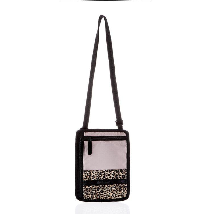 粉紅豹豹旅行小斜背包,1,600元。圖/LeSportsac提供
