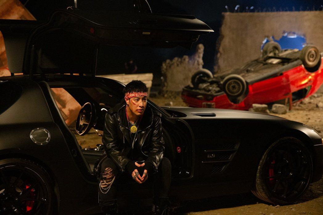 潘瑋柏大方出借要價千萬的帥氣坐駕「蝙蝠車」。圖/華納音樂提供
