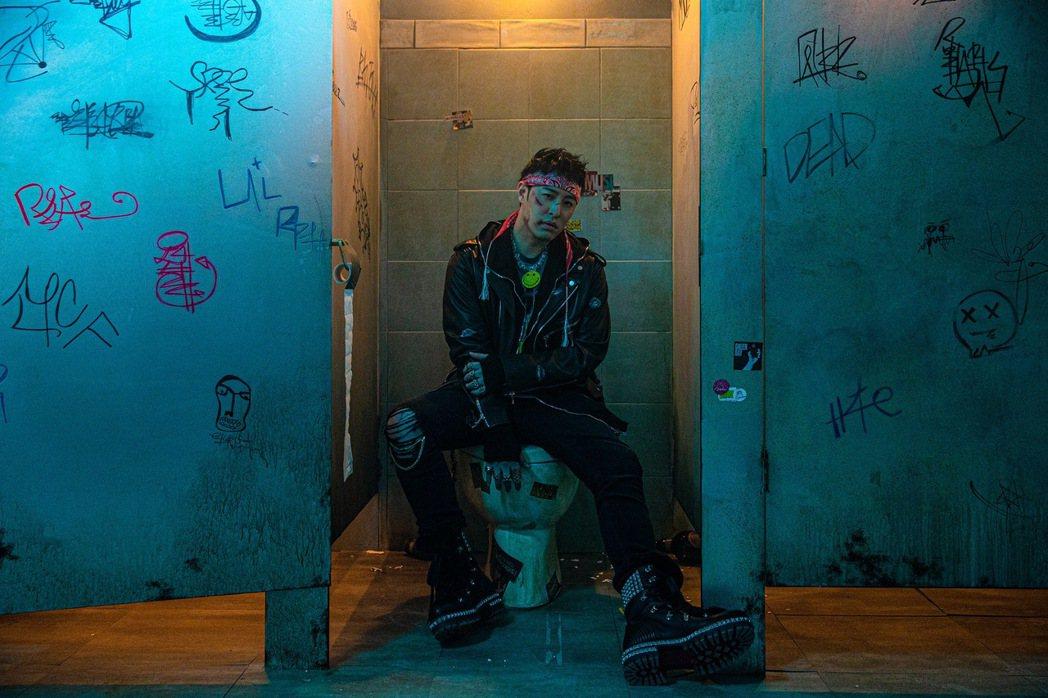 潘瑋柏在MV中嘗試「受傷妝」。圖/華納音樂提供