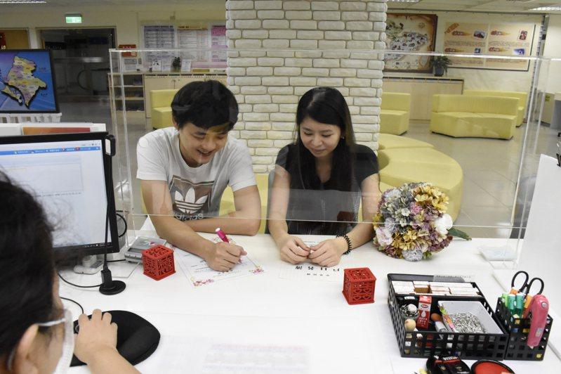 台灣今年1至6月全國人口數成長首次出現「死多於生」,但根據新北市民政局統計,新北市人口持續正成長,今年上半年人口仍增加7950人,圖為民眾前往戶政事務所辦理結婚登記。圖/新北市民政局提供