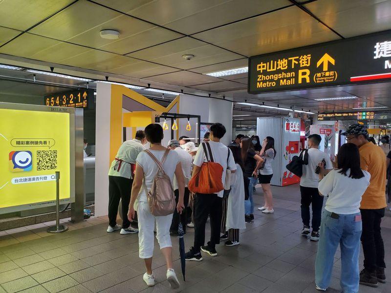 台北捷運推出「便當手機訂、捷運車站取」服務,讓民眾在晚餐尖峰時段能快速取餐。圖/台北捷運提供