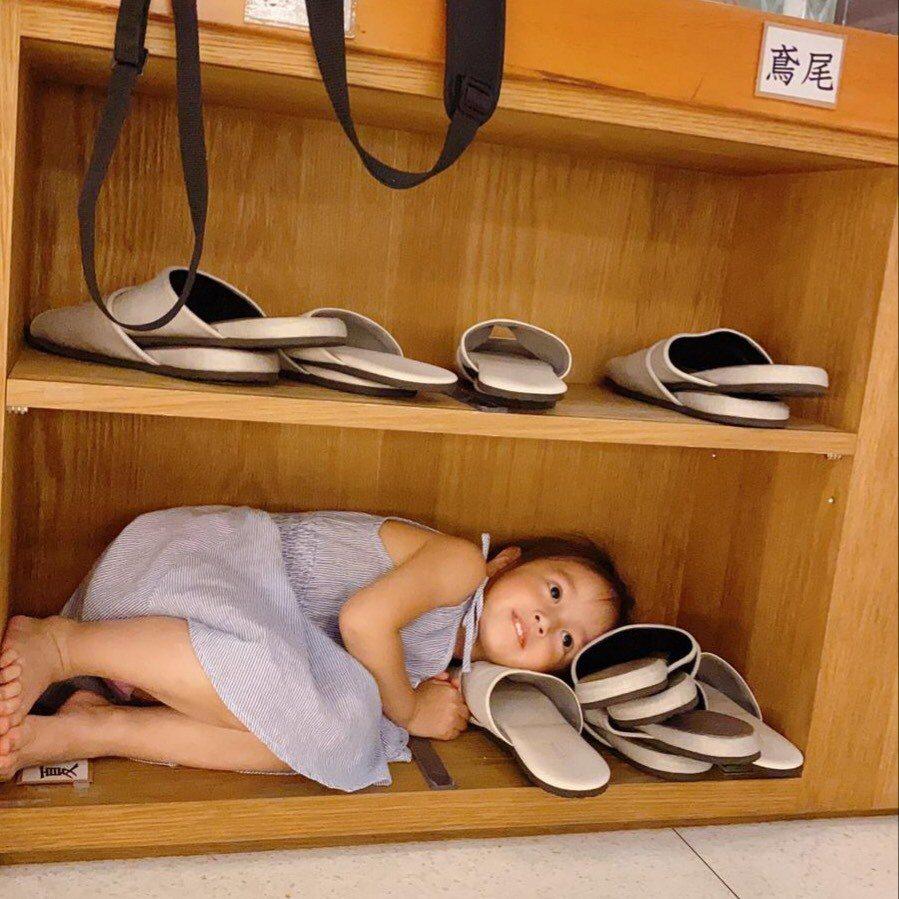 阿翔小女兒舒芙蕾,則古靈精怪的躲進鞋櫃裡面。圖/鬧著玩提供